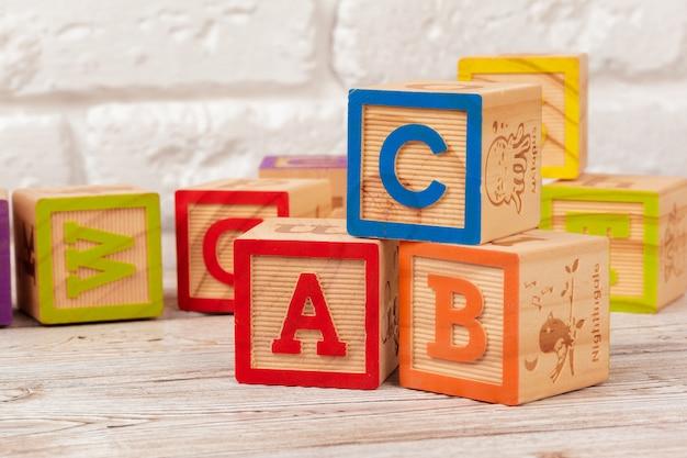 Blocs jouets en bois avec le texte: abc