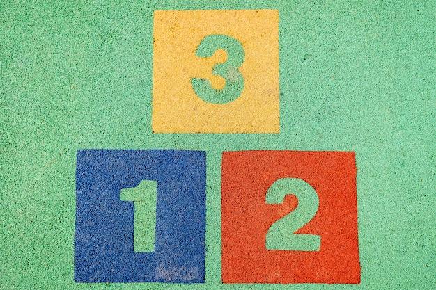 Blocs avec les nombres un, deux et trois sur le sol