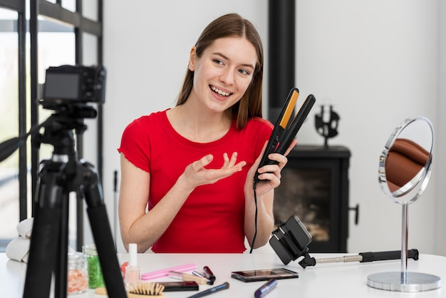 Blogger enregistrant une vidéo avec des accessoires pour cheveux