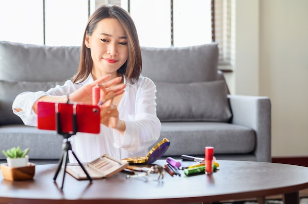 Blogger femme enregistrement examen vidéo comsmetic à la maison