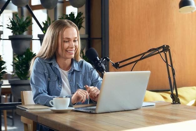 Blogger femme parlant avec des abonnés en ligne par ordinateur portable
