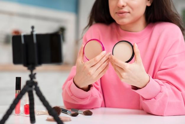 Blogger présentant des accessoires de maquillage en ligne