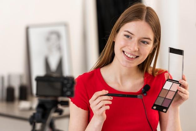 Blogger présentant des accessoires de maquillage