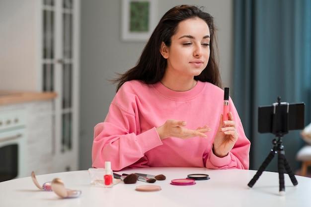 Blogger présentant de nouveaux accessoires de maquillage