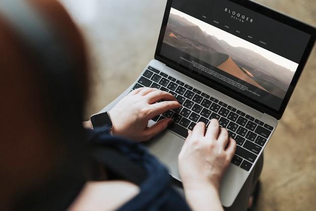 Blogger tapant sur un écran d'ordinateur
