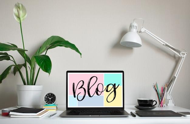 Blogging, idées de concepts de blog avec ordinateur portable sur table de travail.