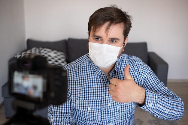 Blogging, vidéoblog et concept de personnes. enregistrement vidéo caméra blog d'un blogueur masculin à la maison