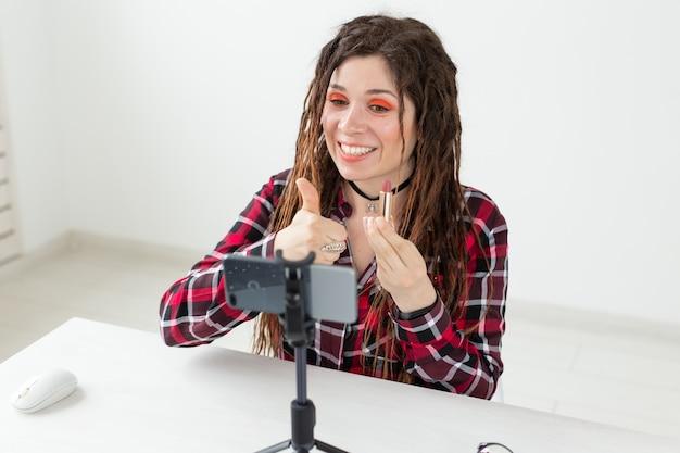 Blogging, vlog et concept de personnes - blogueuse beauté femme faisant une vidéo sur les cosmétiques