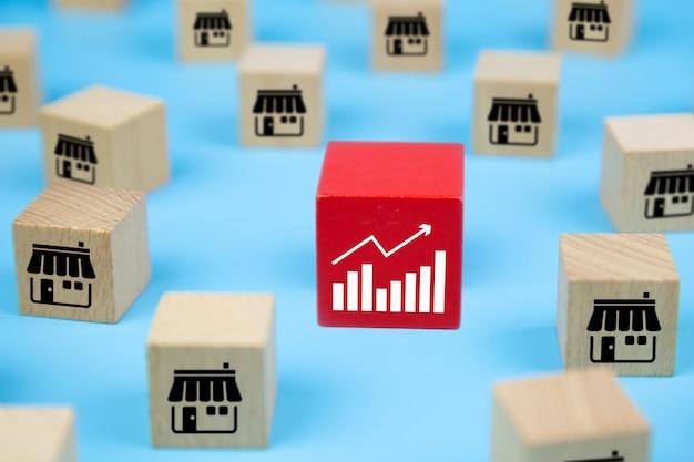Blogs de jouets en bois cube avec icône de magasin de marketing de franchise et icône de graphique.