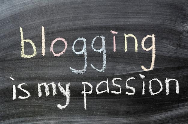 Bloguer est ma phrase de passion manuscrite sur tableau noir