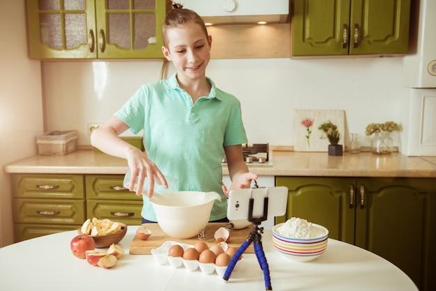 Un blogueur alimentaire cuisine dans la cuisine pendant une épidémie de coronavirus