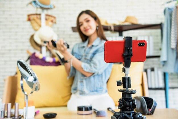 Blogueur de beauté composent une diffusion en direct avec un smartphone