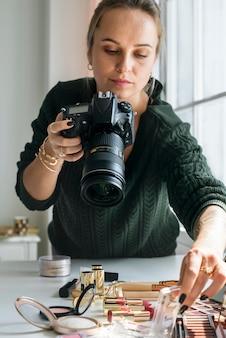 Blogueur beauté prenant la photo de cosmétiques