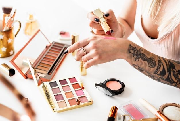 Un blogueur de beauté produisant un tutoriel de maquillage
