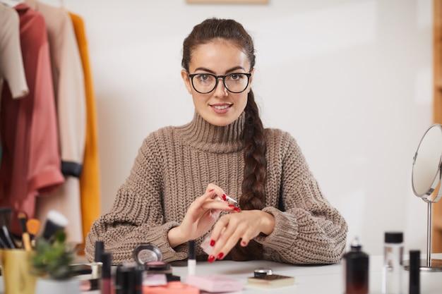 Blogueur de beauté testant le maquillage sur la caméra