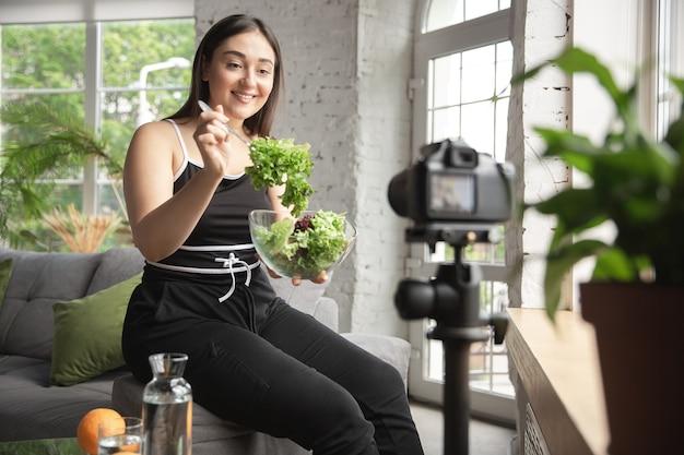 Un blogueur caucasien fait un vlog sur la façon de suivre un régime et de perdre du poids