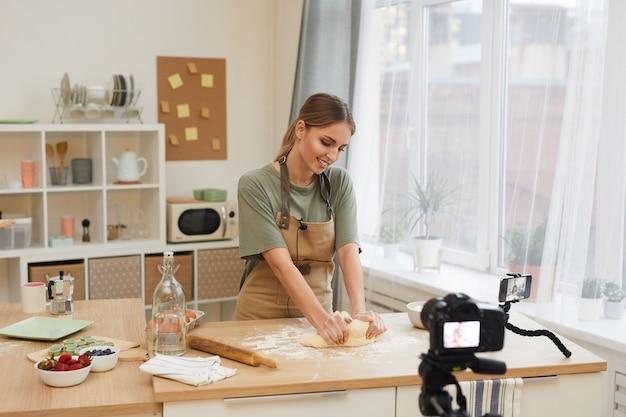 Blogueur culinaire cuisinant dans la cuisine et filmant le processus