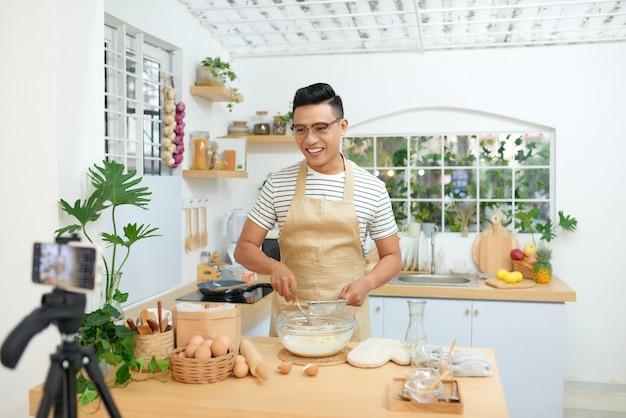 Blogueur culinaire enregistrant une vidéo sur son lieu de travail