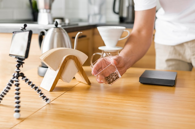 Blogueur gros plan avec des grains de café