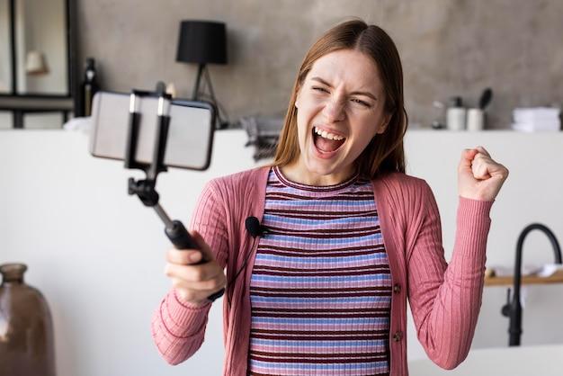 Blogueur heureux d'enregistrer une vidéo à la maison
