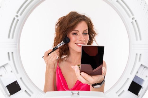 Un blogueur de l'industrie de la beauté enregistre une leçon de maquillage
