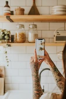 Blogueur lifestyle prenant une photo de la décoration intérieure de la cuisine