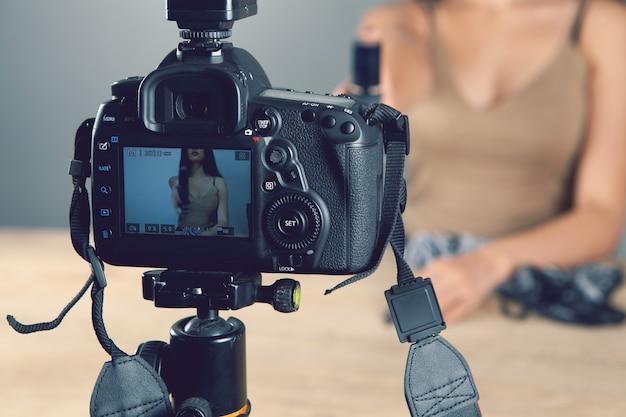 Le blogueur peint des lèvres devant la caméra