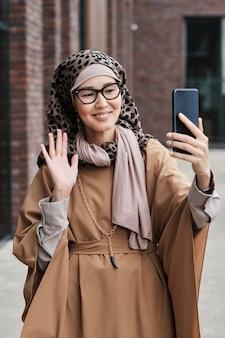 Blogueur utilisant le téléphone pour parler à ses abonnés