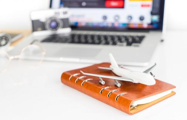 Le blogueur de voyages réserve des billets à l'agence de voyages en ligne
