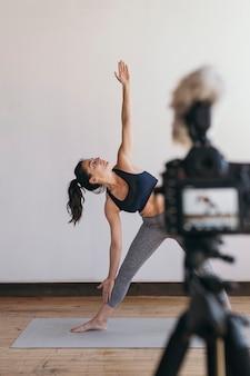 Blogueur de yoga enregistrant une vidéo