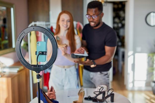 Les blogueurs de mode parlent à la caméra à la maison
