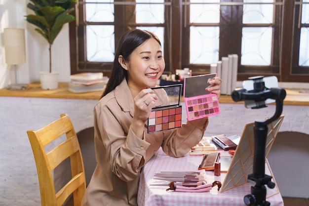 Une blogueuse asiatique sur la beauté a diffusé une diffusion en direct pour examiner le produit de maquillage sur les réseaux sociaux