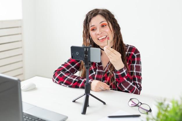 Blogueuse beauté femme faisant une vidéo sur les cosmétiques