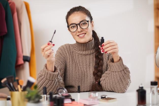 Blogueuse beauté souriant à la caméra