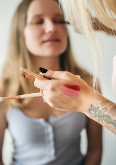 Blogueuse beauté avec tutoriel de maquillage