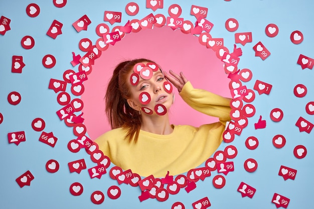 La blogueuse belle femme rousse obtient beaucoup de likes sur internet, reste sous le choc, a besoin de plus d'attention pour les photos et les vidéos. isolé