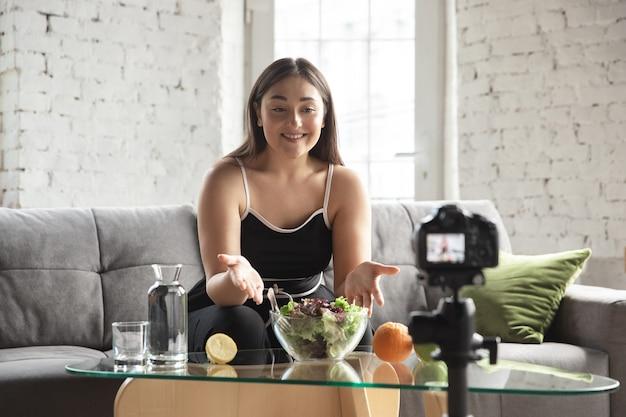 Blogueuse caucasienne femme vlog comment suivre un régime et perdre du poids.