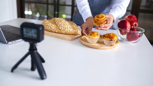 Une blogueuse culinaire ou un vlogger enregistrant une vidéo devant une caméra