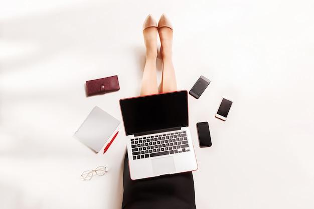 Blogueuse mode écrit sur un ordinateur portable