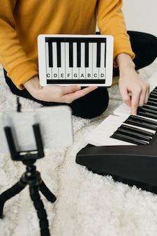 Blogueuse musicienne en streaming à la maison avec smartphone