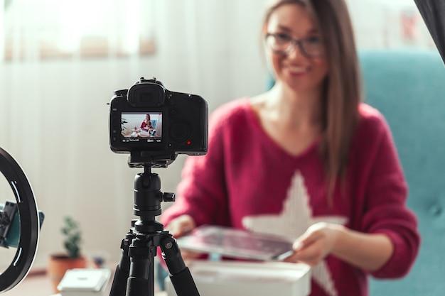 Une blogueuse réalise une vidéo de déballage de gadgets à la maison