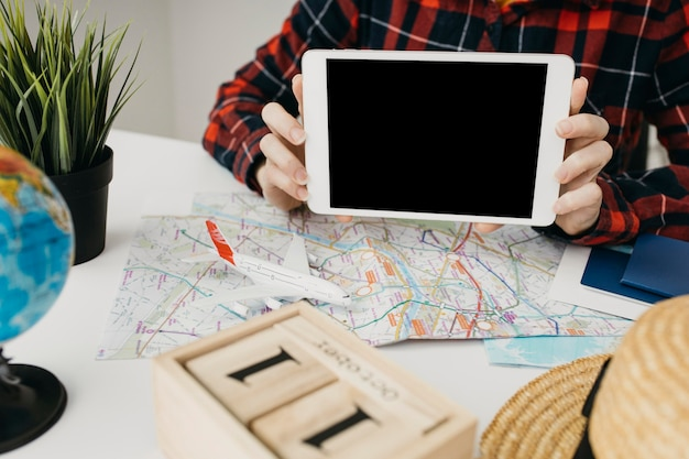 Blogueuse en streaming en ligne avec tablette
