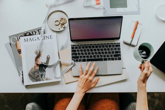 Blogueuse travaillant sur son ordinateur portable à la maison