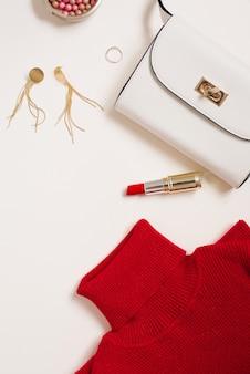 Blogueuse de vêtements et cosmétiques pour la saint valentin. copiez l'espace. vue de dessus