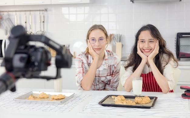 Blogueuses culinaires parlant pendant l'enregistrement vidéo concept de vlog personnes et communication technologique