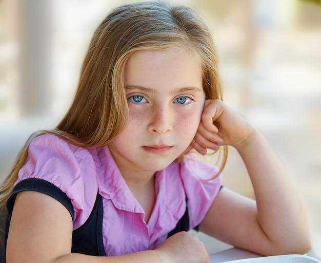 Blond détendu expression fille triste enfant yeux bleus