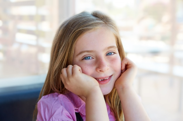Blond détendu fille heureux kid expression yeux bleus