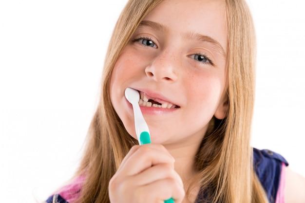 Blond kid en retrait fille nettoyage dents brosse à dents