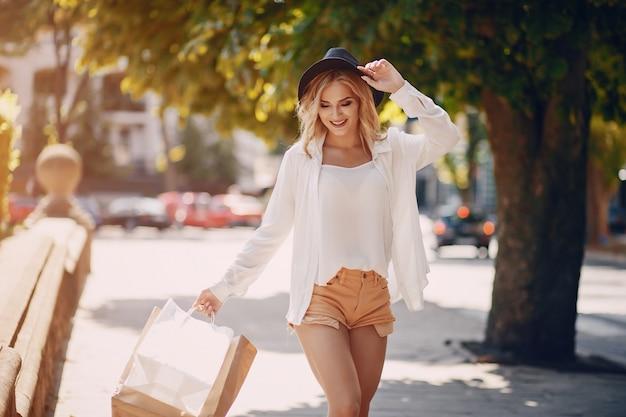 Blonde au magasinage
