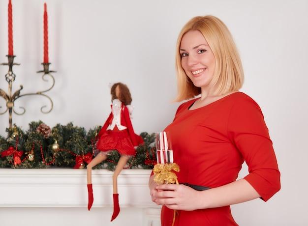 Blonde femme avec une boisson et une poupée